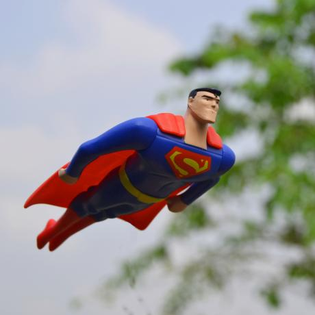Supermanfigur fliegt.